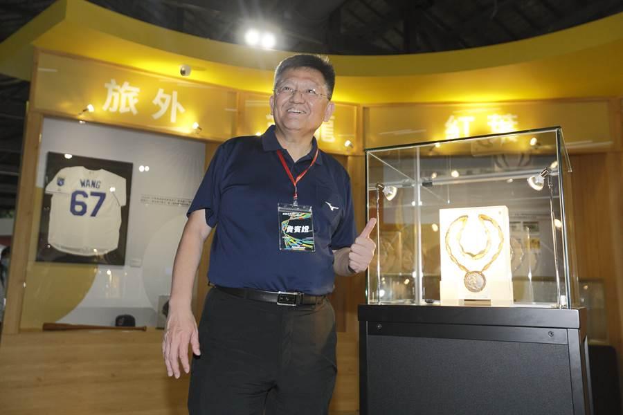 2020臺灣運動產業博覽會17日至8月9日在台北松山文創園區舉辦,體育署副署長林哲宏(中)16日帶領媒體參觀,並與體壇名將楊傳廣1960年羅馬奧運會的銀牌合影。(張鎧乙攝)