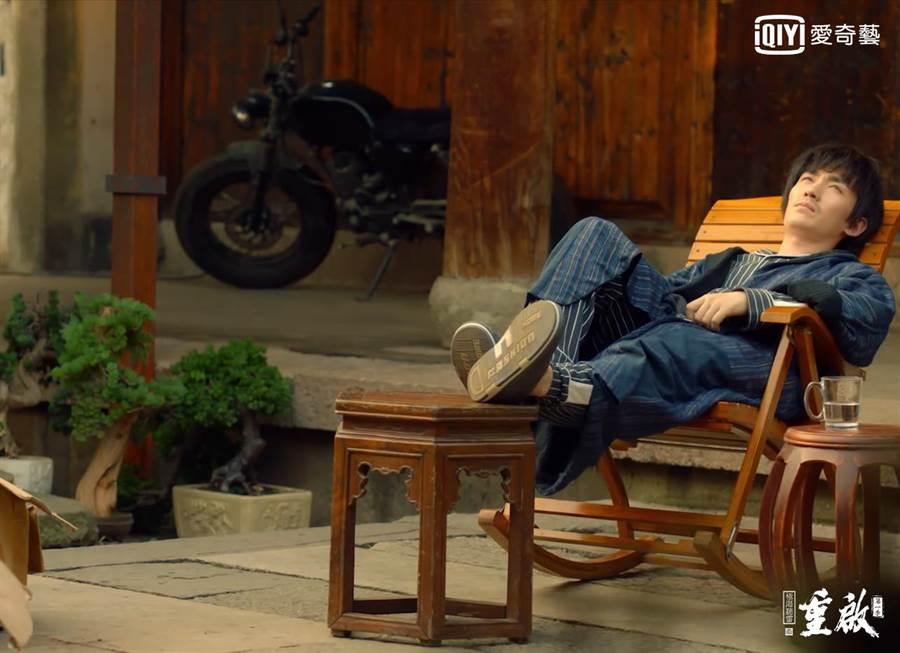 朱一龍戲裡飾演吳邪,穿睡衣見客。(愛奇藝台灣站提供)
