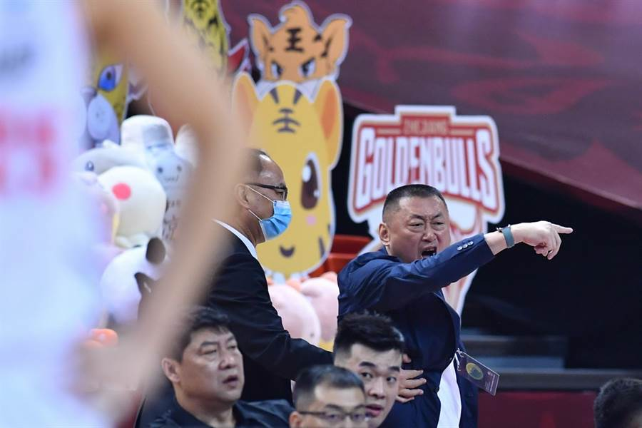 就算都被裁判趕出場,深圳副總劉宏疆仍在場邊大罵。(新華社)