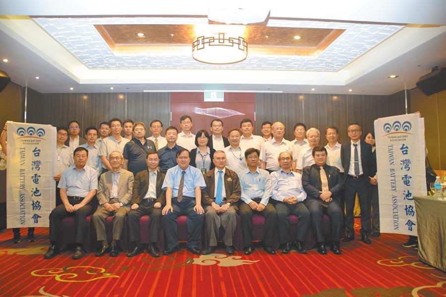 台灣電池協會第八屆理監事正式走馬上任。圖/張秉鳳