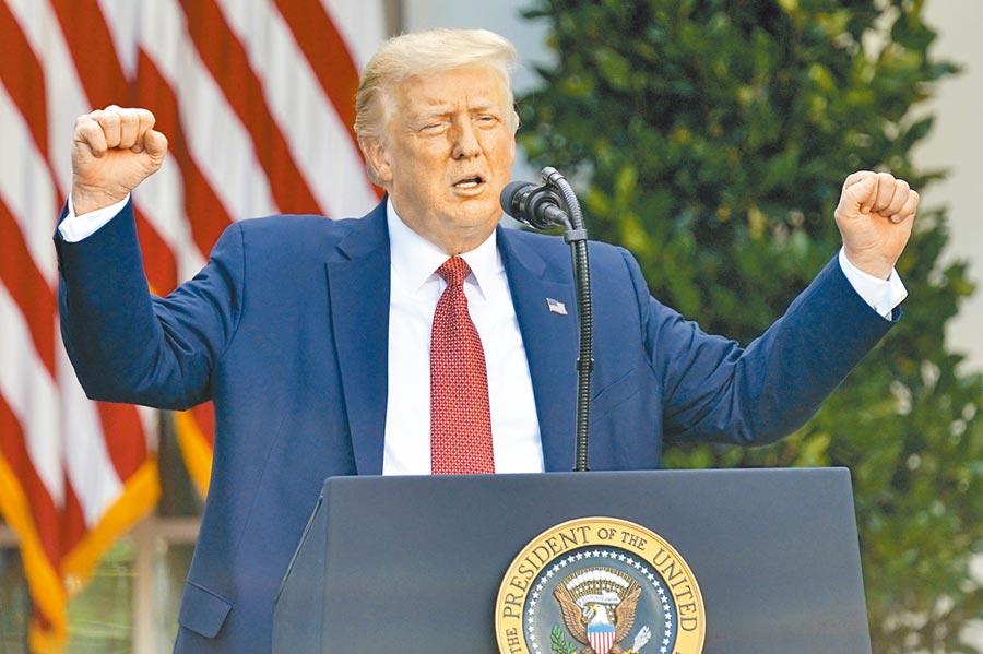 美國總統川普14日簽署《香港自治法》,取消對港優惠待遇,並宣稱,香港不能在自由市場競爭,會隨之消失。(美聯社)