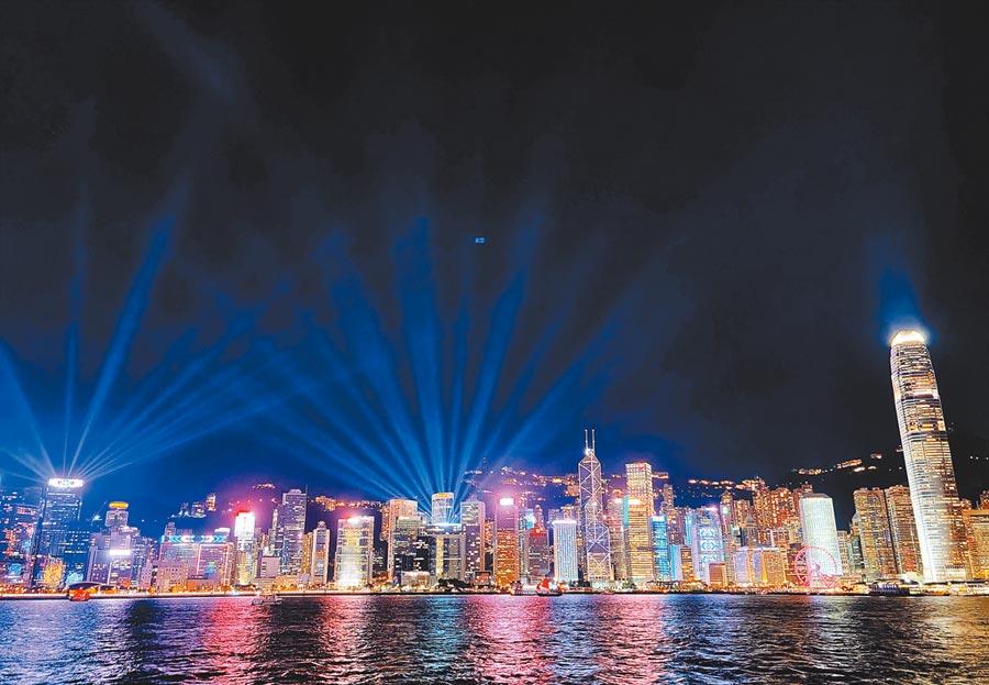 美國總統川普14日簽署《香港自治法》,取消對港優惠待遇,並宣稱,香港不能在自由市場競爭,會隨之消失。(新華社)