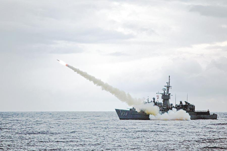 三軍聯合火力打擊實彈射擊操演15日登場,海軍寧陽軍艦發射魚叉反艦飛彈。(國防部提供)
