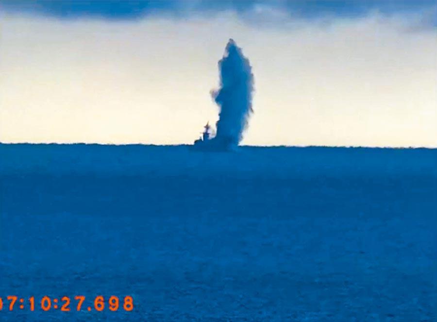 劍龍級潛艦在睽違13年後,再度射擊SUT重型魚雷的「戰雷」,精準命中靶艦時,掀起大浪與大片煙霧。(國防部提供)