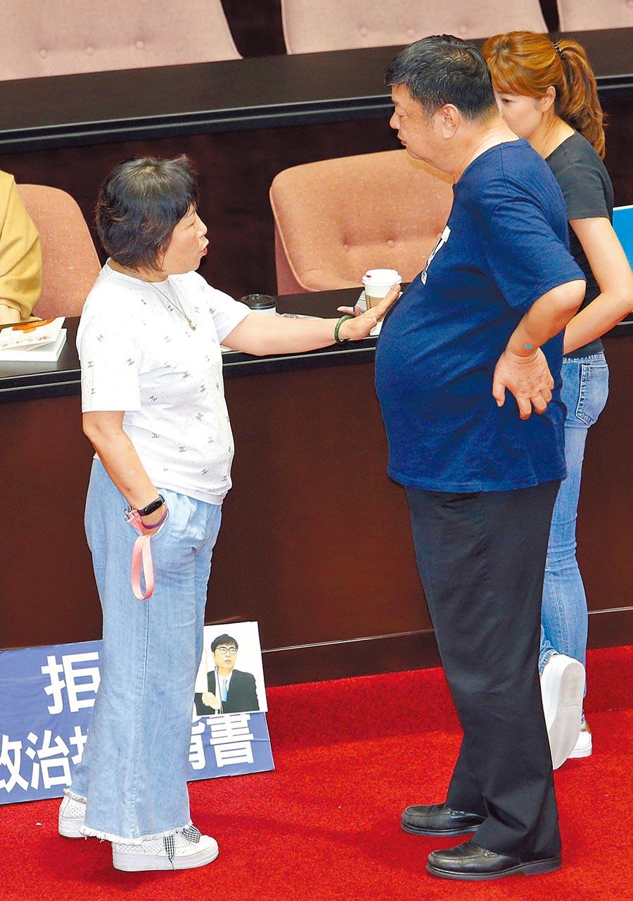 民進黨立委范雲指控國民黨立委陳雪生用肚子頂她背後至少3次是性騷擾。陳雪生(右)15日強調絕沒性騷擾,同黨立委葉毓蘭(左)還用手拍了拍陳圓滾滾的肚子。(黃世麒攝)