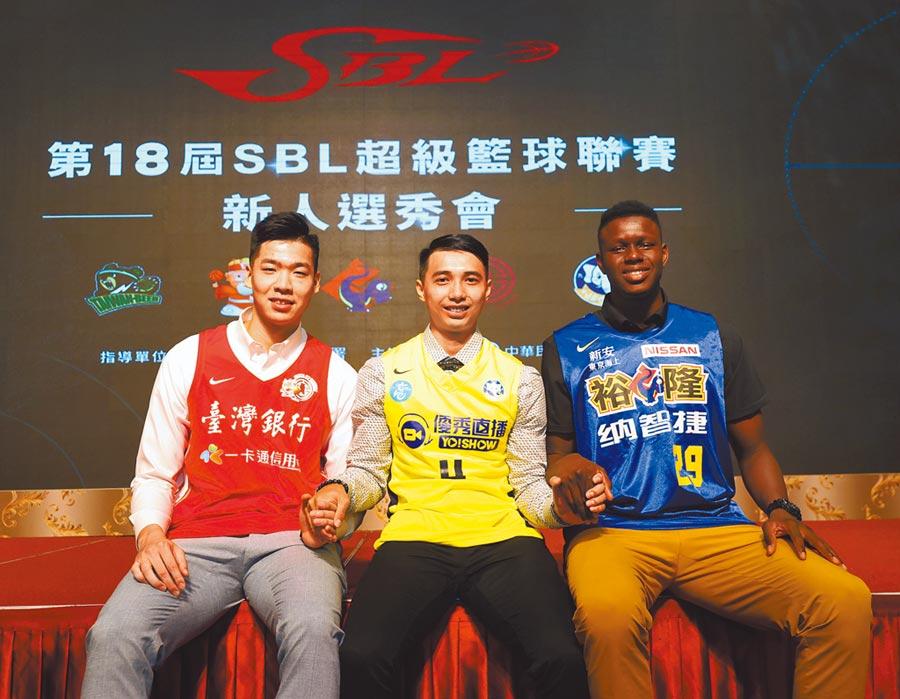 SBL選秀會,九太李漢昇是新科狀元郎(中),台銀蘇士軒榜眼(左),裕隆斑霸(右)探花。(中華籃協提供)