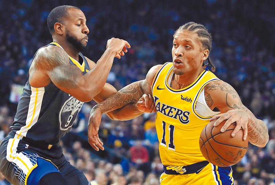 籃網新簽下的外援麥克比斯利(右)確診新冠肺炎,想要重返NBA還得等等。(美聯社資料照片)