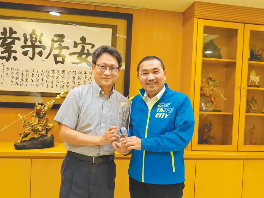新北市長侯友宜滿意度獲六都第一,台灣世界新聞傳播協會長劉立漢(左)15日頒發獎牌給侯友宜。(葉德正攝)