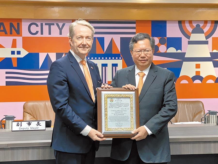 桃園市長鄭文燦15日頒桃園市榮譽市民證、桃園市民卡給荷蘭在台辦事處代表紀維德。(蔡依珍攝)