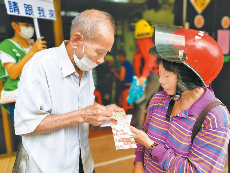 台南市玉井區民眾至郵局領完三倍券後,討論要去哪裡消費。(劉秀芬攝)