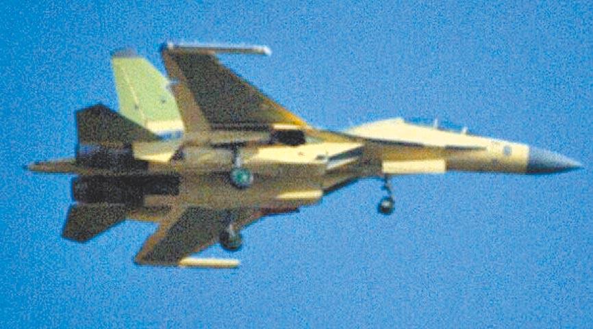 解放軍殲-16戰機掛載電戰莢艙。(取自環球網)
