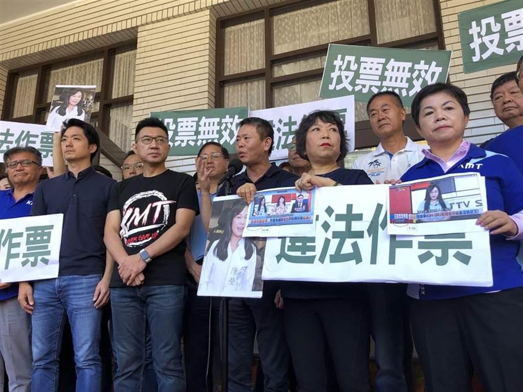 國民黨團上午抗議秀出證據,主張昨天投票無效。(趙婉淳攝)