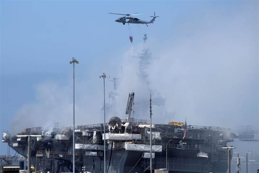 美國海軍兩棲攻擊艦「好人理查」號13日在聖地牙哥母港悶燒的資料照。(路透)