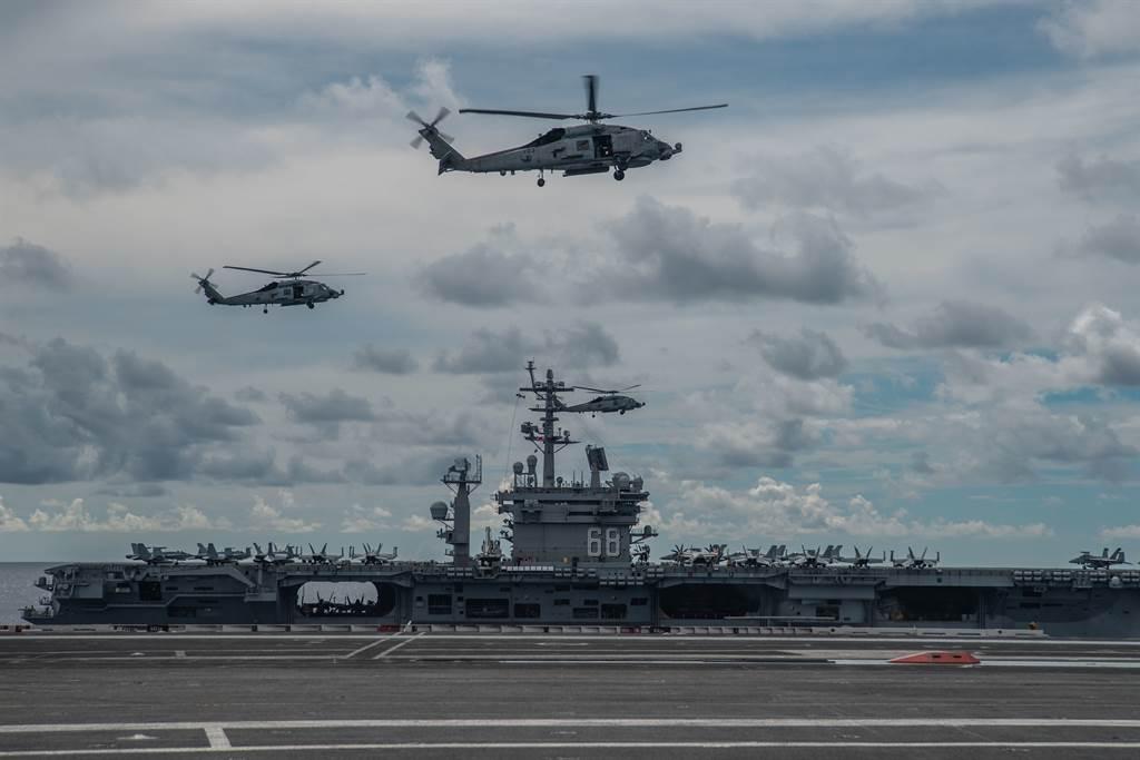 美國在這個時刻以雙航母大陣仗、長時間在南海演習,加上連續高頻率地以電子偵察機迫近偵察,其目的不會只是來耀武揚威。圖為演習中的雷根號航母上拍攝並行的尼米茲號航母。(圖/美國海軍)