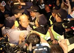 八百壯士反年改襲警毆記者 立委吳斯懷等13人遭起訴