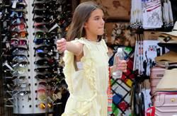阿湯哥14歲愛女舒莉暴風抽高秀酥胸!V領上街充滿星味