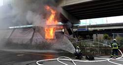 北市民權大橋下突竄惡火 嚇壞路人警消急搶救