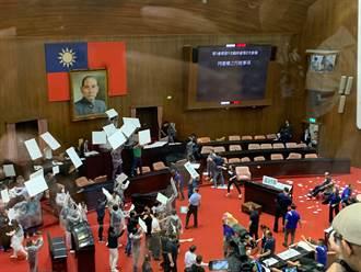 游錫堃宣告監院人事權投票截止 藍委向主席台擲水球抗議