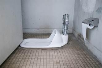 社會10點檔》史上最噁懸案!男裸身卡進蹲式便池 女師如廁低頭見屍