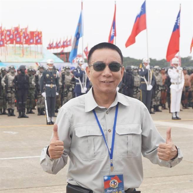 若遇飛彈空襲,前海軍陸戰隊上校宋兆文指出室內外避難方式。(圖/國防部提供)