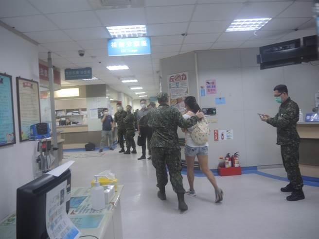 601旅1架0H-58D戰搜直升機在新竹空軍基地墜毀,兩名飛官不幸殉職,家屬接獲消息趕往醫院。(中時資料照)
