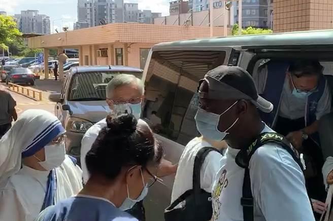 汐止聖方濟天主堂神父、修女及教友一行人17日上午前往國軍新竹地區醫院,為高嘉隆上尉誦禱禮。(邱立雅攝)
