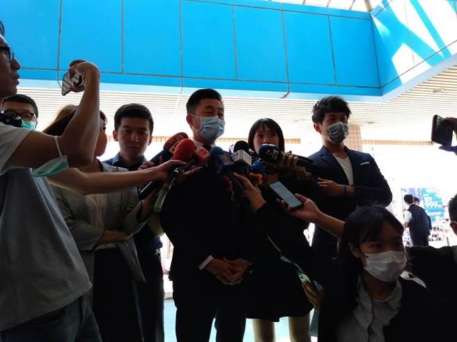 新竹市長林智堅17日前往醫院探視,表達敬意與謝意。(邱立雅攝)