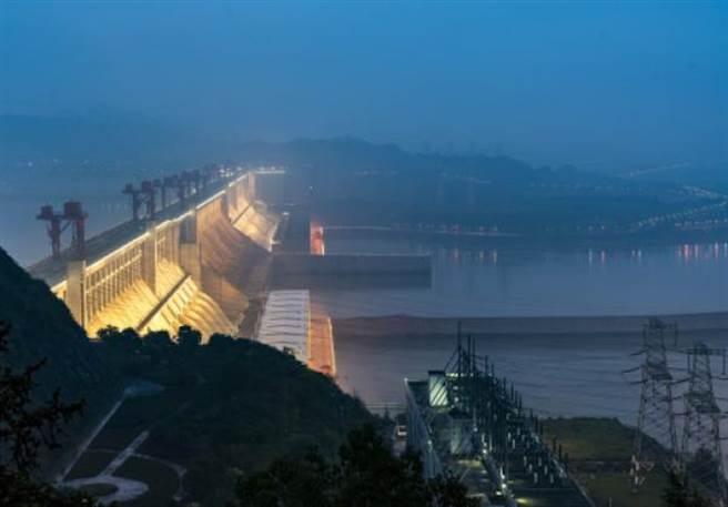三峽大壩夜間洩洪。新華社