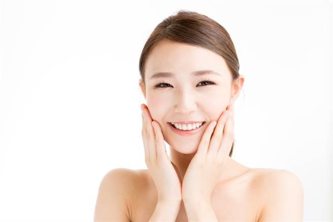 夏天許多人有痘痘和粉刺困擾,理膚寶水推出保養菜單3步驟打造滑嫩肌。(示意圖/shutterstock提供)