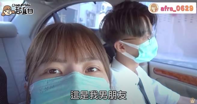超直白在男友的陪伴下進行手術。(圖/YT@超直白Chaozhibai)