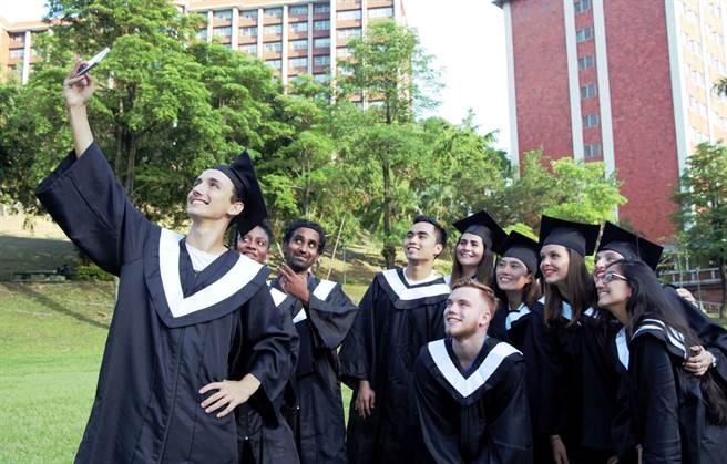 來自全球40多個國家學生一起學習,義大校園彷佛小地球村。(義守大學提供/林雅惠高雄傳真)
