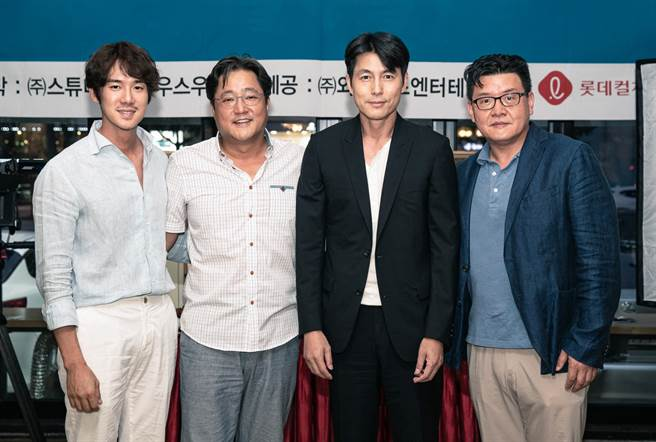 演員柳演錫(左起)、郭度沅、鄭雨盛,導演梁宇皙同框亮相。(甲上提供)