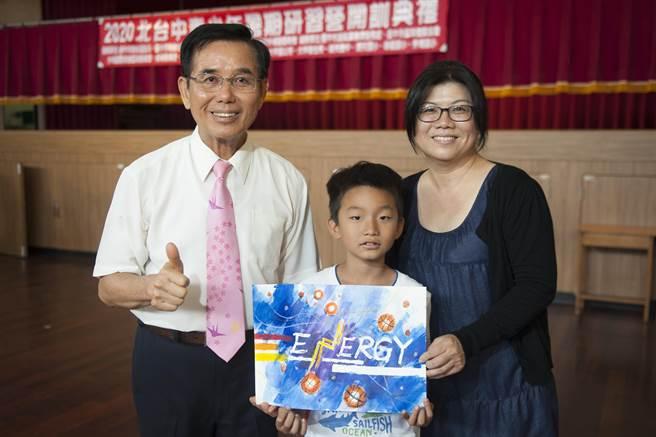 美术绘画班老师陈丽钰在开训典礼即兴创作。(陈淑娥摄)