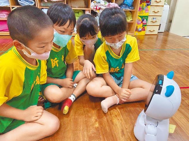 凱比同學進駐新竹縣35處公立幼兒園、學前特教班、國小資源班,陪伴學童學習。(莊旻靜攝)