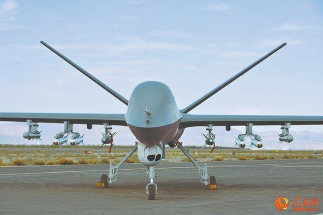 大陸「彩虹-5」無人機掛載8枚飛彈準備進行測試。(取自人民網)