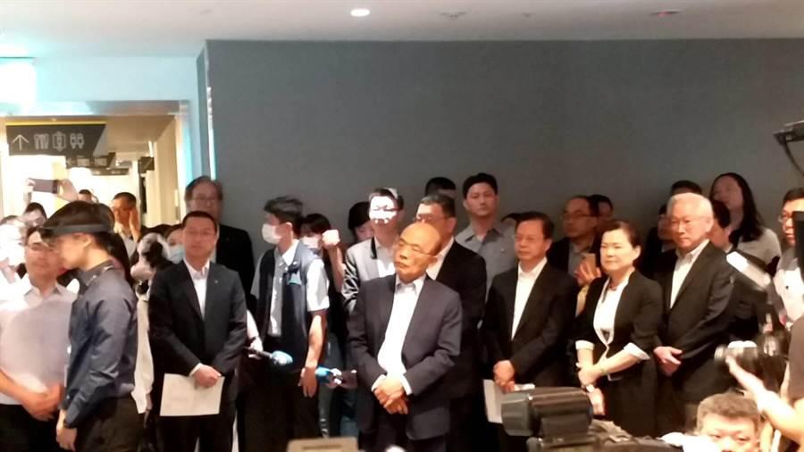 行政院長蘇貞昌(中)參訪台灣微軟。(張理國攝)