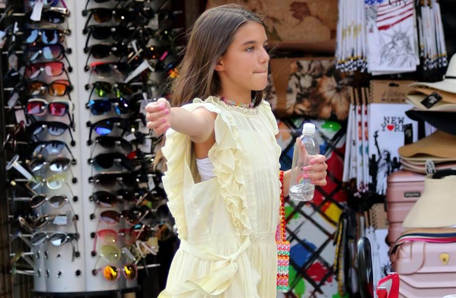 阿湯哥14歲愛女舒莉暴風抽高秀酥胸!V領上街充滿星味(圖/達志影像提供)