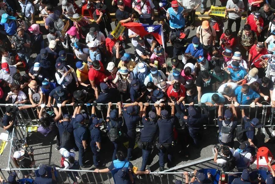 立院外抗議,警方已對5人進行保護管束。(趙雙傑攝)