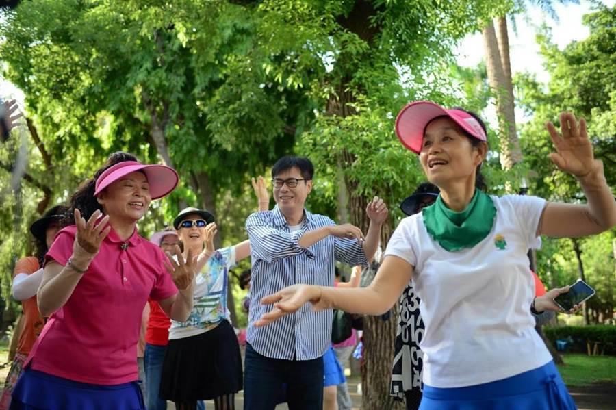 民進黨高雄巿長補選候選人陳其邁17日到三民公園拜票。(曹明正攝)
