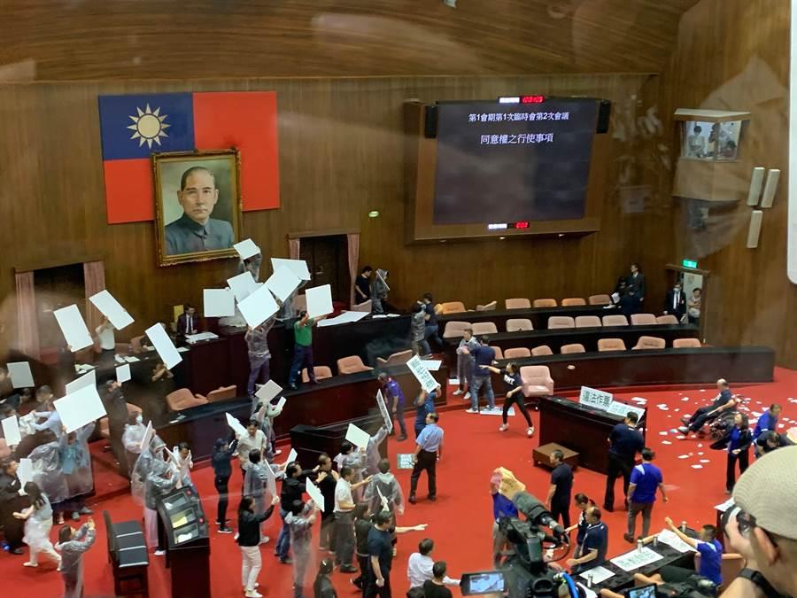 立法院長游錫堃於中午12時宣布監察院人事同意權投票截止,藍委不滿向主席台丟擲水球抗議。(林縉明攝)