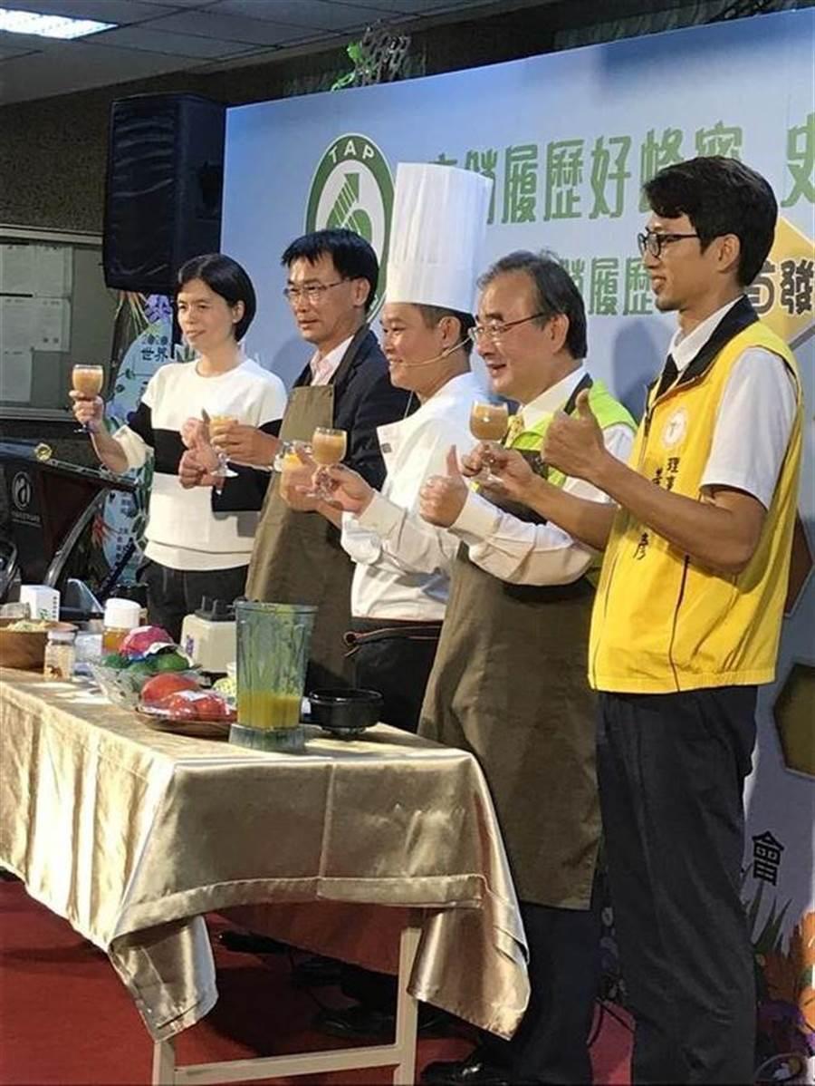 農委會主委陳吉仲出席蜂蜜產銷履歷說明會,推廣產銷履歷。(譚淑珍攝)