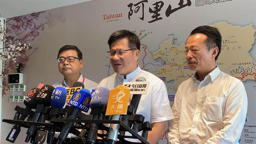 林佳龍受訪時強調,致青春方案會依計畫持續舉辦至8月31日。(張亦惠攝)
