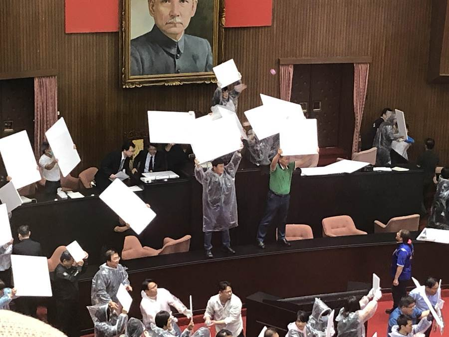 立法院稍早進行監察院長人事案開票,藍委不滿展開丟水球攻勢。(趙婉淳攝)
