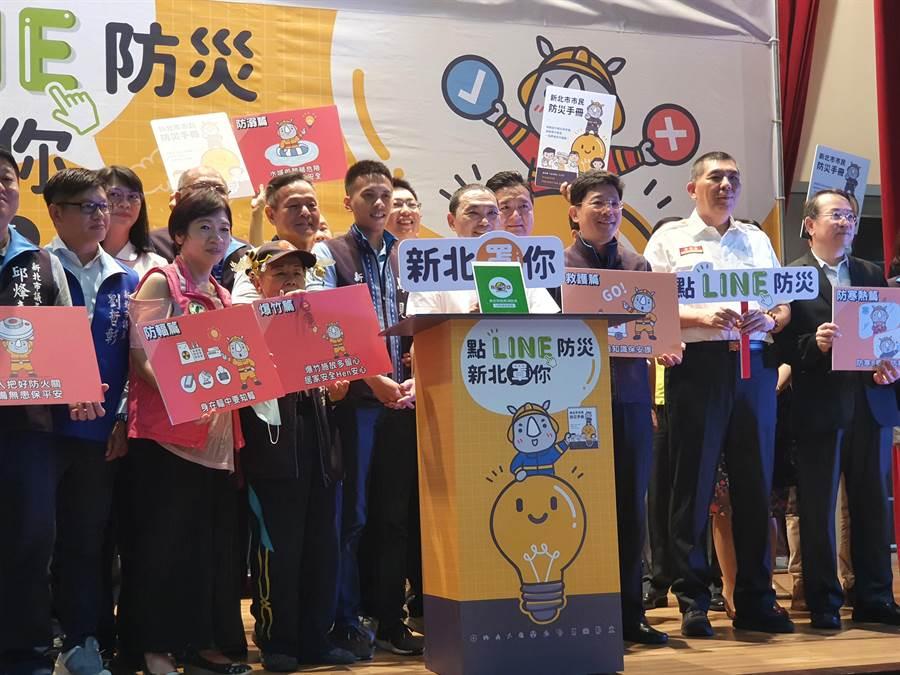 新北市長侯友宜今(17日)出席宣傳記者會,為市民示範如何快速透過智能客服取得正確防災資訊。(葉書宏攝)