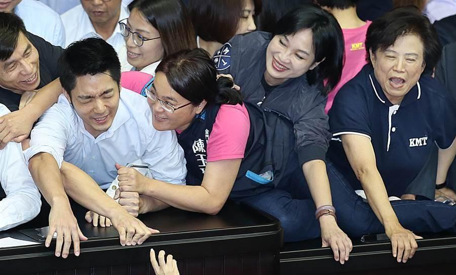 鍾佳濱(左穿黑衣)、蔣萬安(中)和陳玉珍。(圖為中時資料照)