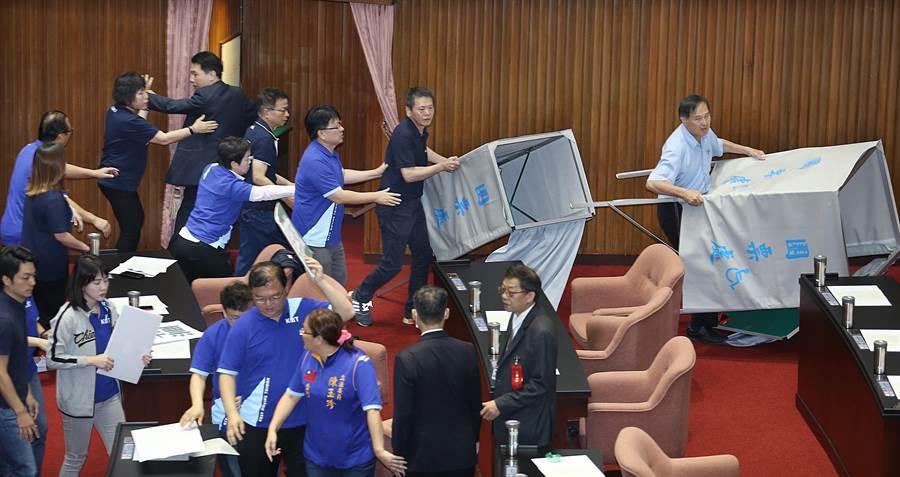 國民黨立委在議場內杯葛並將圈票處抬出議場。(姚志平攝)