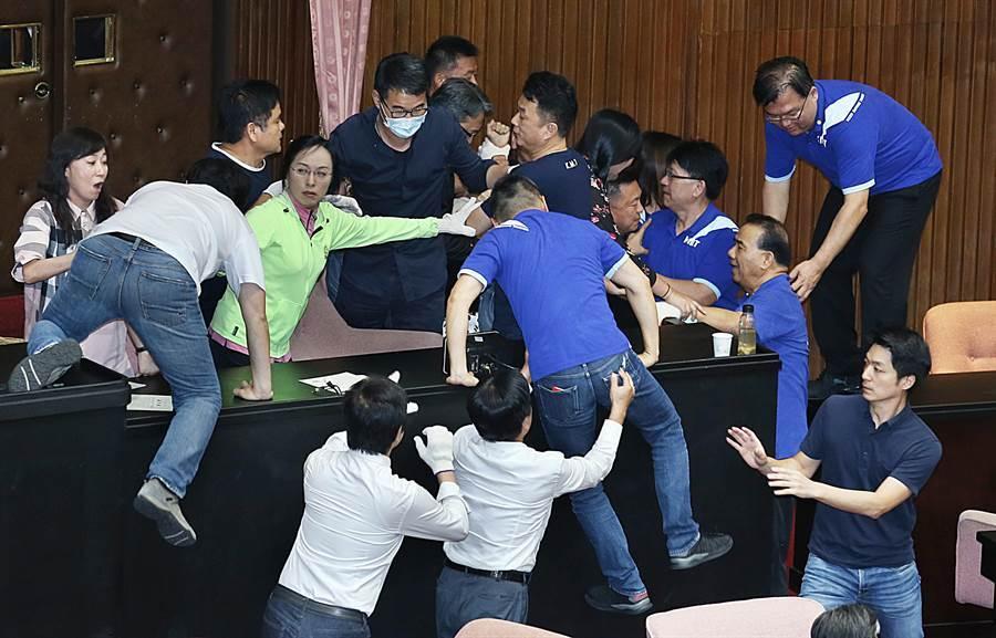 國民黨立委在議場內杯葛一度爬上桌子攻向主席台,遭民進黨立委阻擋。(姚志平攝)
