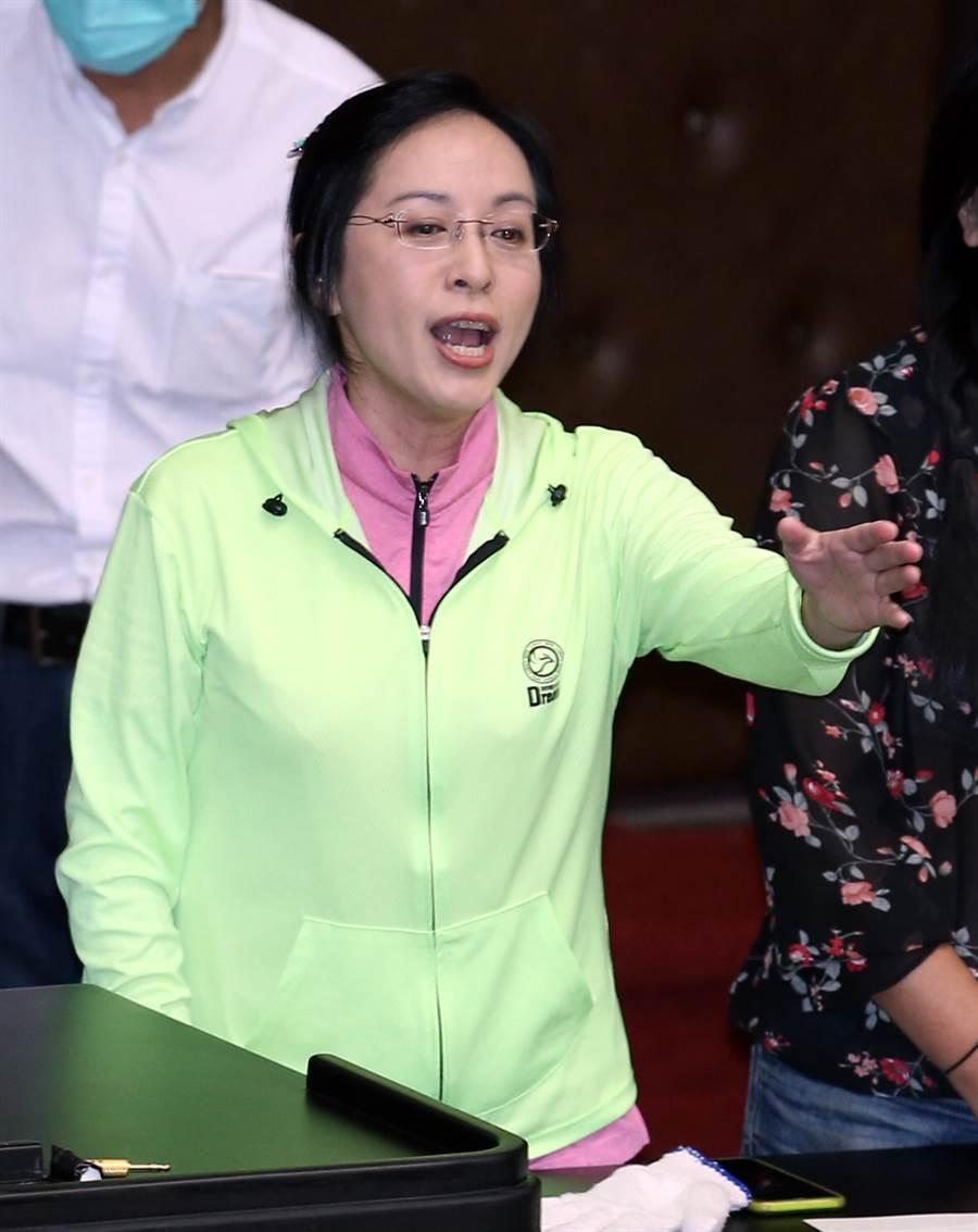 民進黨立委陳瑩在台上與國民黨立委對罵。(姚志平攝)