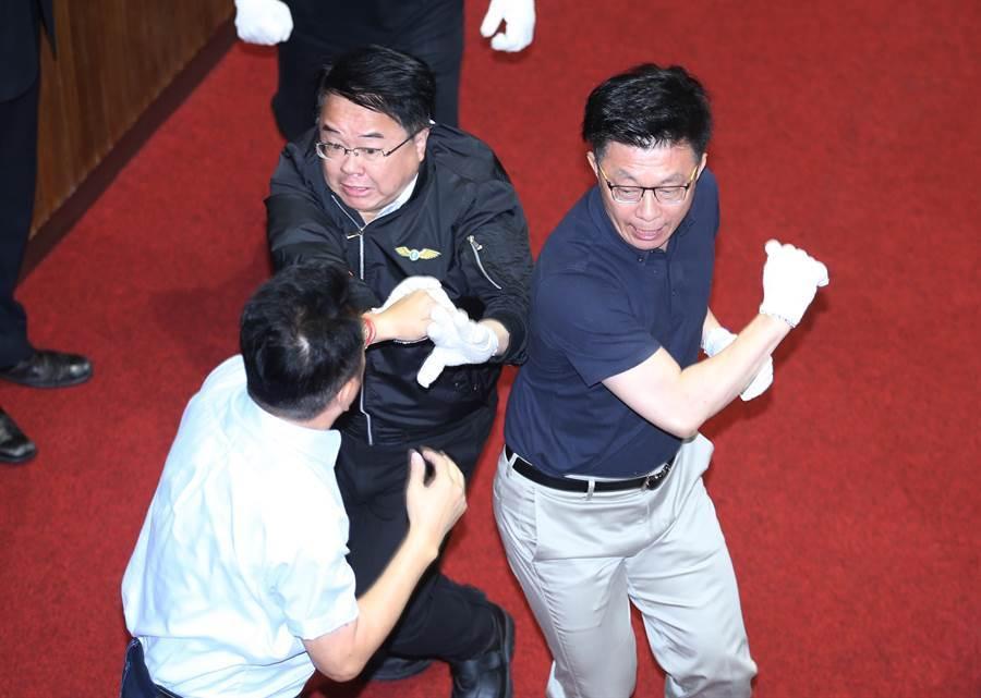 藍綠爆發衝突,民進黨立委吳秉叡(上左)、郭國文(上右)夾攻國民黨立委魯明哲(下)。(姚志平攝)