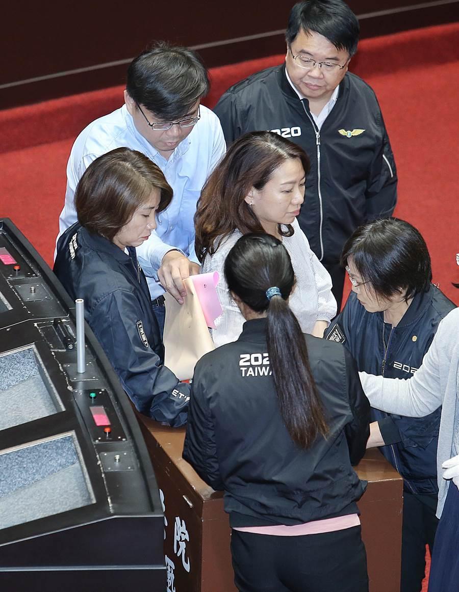 民進黨立委改到議場側邊的議事人員休息處圈票後,投入黨籍立委團團包圍保護的票匭。(姚志平攝)